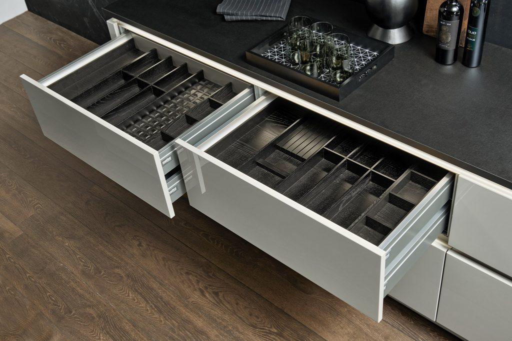 Küchenschrank innen mit Echtholz Esche schwarz